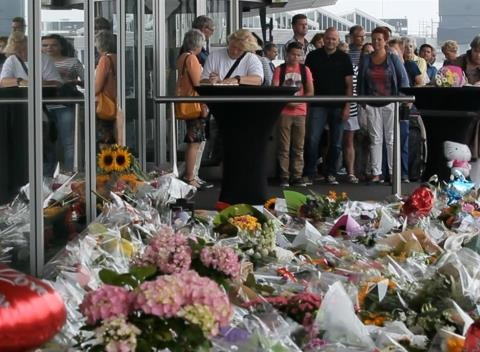 News video: Flowers and Teddy Bears: Dutch Mourn MH17 Victims